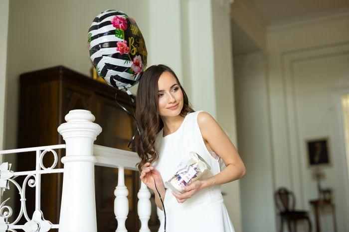 kobieta ze świecą zapachową i urodzinowym balonem