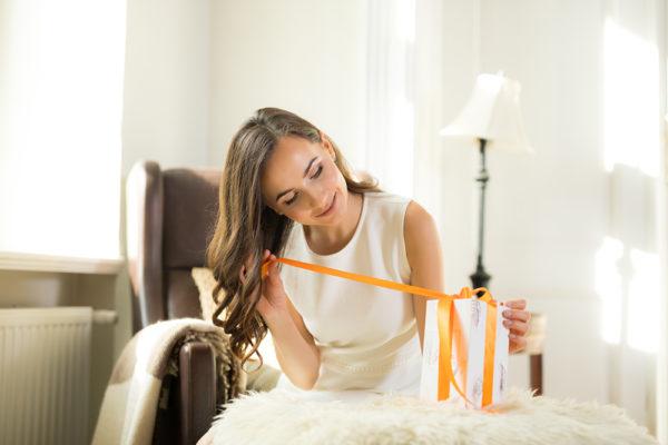 kobieta odpakowująca prezent