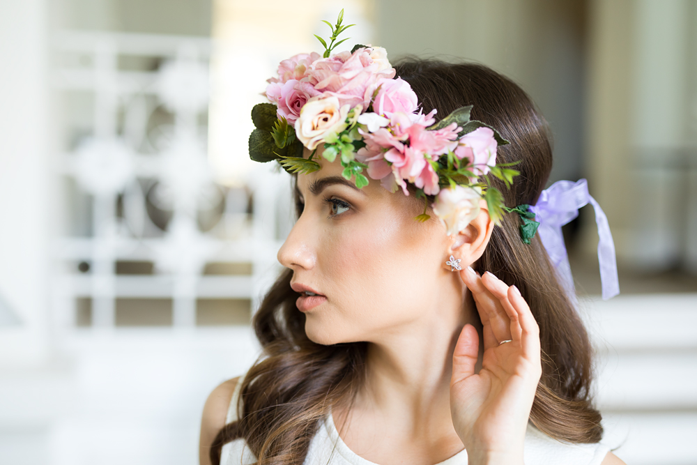 kobieta z wiankiem i kolczykiem w kształcie kwiatu