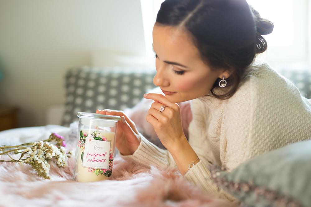 kobieta ze świecą zapachową fragrant romance
