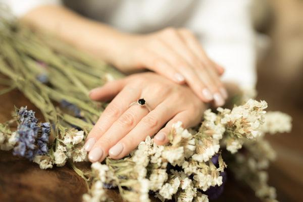 pierścionek z czarnym kamieniem na palcu